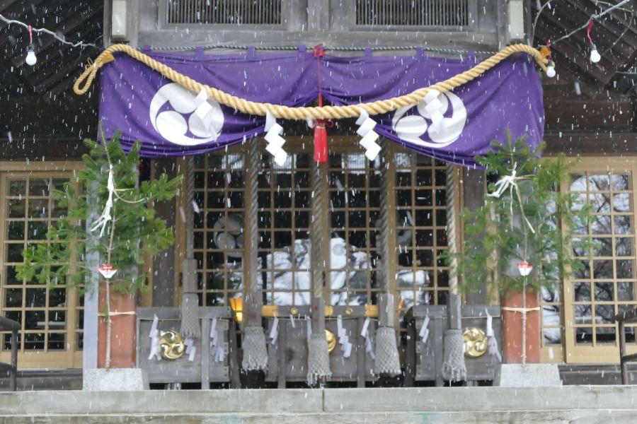 雪の厚別神社拝殿