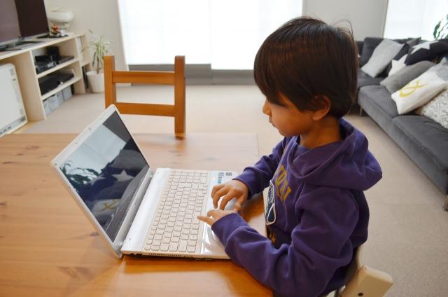 動画を見る小学生